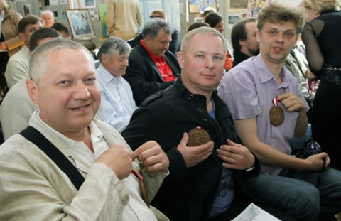Malarze pokazują pamiątkowe medale z okazji 20-lecia Towarzystwa Plastyków Polskich