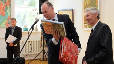 Andrzej Chodkiewicz, konsul generalny RP w Grodnie składa gratulacje Stanisławowi Kiczko, prezesowi Towarzystwa Plastyków Polskich przy ZPB
