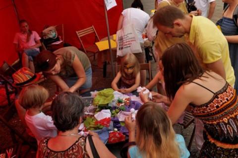 Julia odkrywa tajniki robienia białoruskich lalek najmłodzym uczestnikom Festiwalu