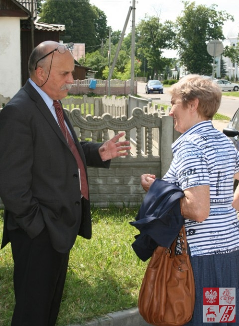 Konsul Adam Chmura rozmawia z Weroniką Sebastianowicz