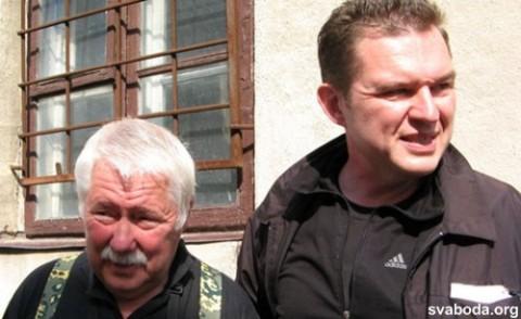 Andrzej Poczobut wraz z ojcem Stanisławem zaraz po wyjściu z więzienia