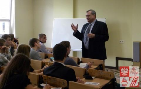 Dr. Bogusław Szymański, dyrektor Biura Uznawalności Wykształcenia i Wymiany Międzynarodowej tłumaczy warunki rekrutacji