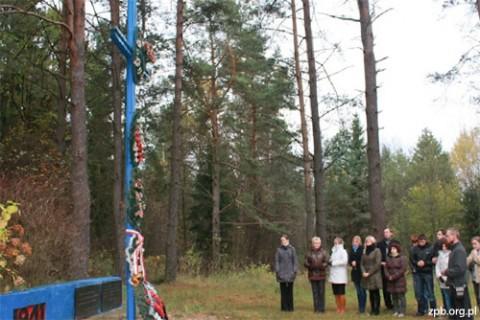 Przy grobie Polaków zamordowanych przez NKWD