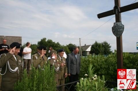 Kombatanci oddają cześć poległym towarzyszom broni