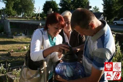 Była prezes ZPB Andżelika Borys podpala znicz na cmentarzu