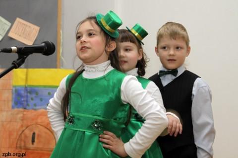 """Grodzieńscy przedszkolacy wykonują wiersz """"Była sobie żabka mała"""""""