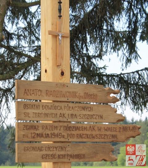 """Dedykacja poległym na zniszczonym przez wandali krzyżu """"Olecha"""""""