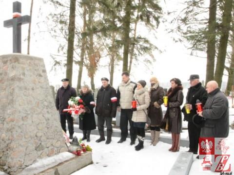 Składanie wieńców przy pomniku żołnierzy AK w Niecieczy