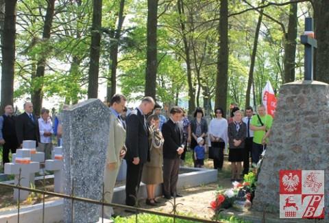 Składanie wieńców przy grobie akowskim w Niecieczy