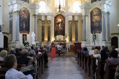 Uczennice-parafianki odczytują referat o żołnierzach KOP i o powstaniu
