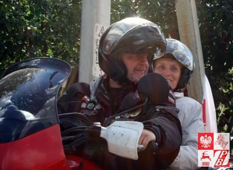 Pani Weronika na motocyklu z Leszkiem Rysakiem