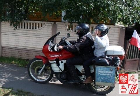 Czołowy motocykl grupy rajdowców z panią Weroniką odjeżdża do Lidy