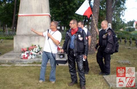 Aleksander Siemionow opowiada rajdowcom o pochowanych na cmentarzu polskich żołnierzach