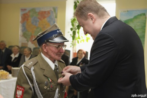 """Jan S. Ciechanowski wręczył kilkudziesięciu osobom medale """"Pro Patria"""""""