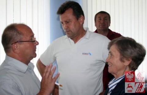 Adwokat Uładzimir Kisialewicz rozmawia z oskarżonymi
