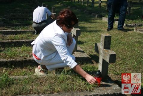Była prezes ZPB Andżelika Borys zapala znicz na cmentarzu w Wołkowysku