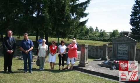 Modlitwa przy pomniku, w środkowej części którego jest umieszczony napis o treści: BOHATEROM POLEGŁYM ZA OJCZYZNĘ W LATACH 1918 – 1920 OBYWATELE MIASTA WOŁKOWYSKA