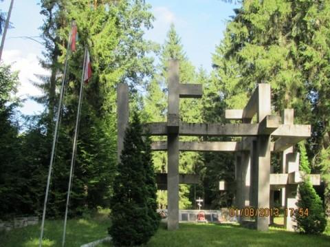 """Memoriał """"Spadające Krzyże"""", po lewej  - flagi, białoruska i polska"""