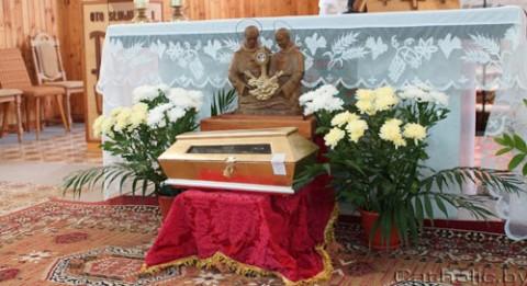 Posągi błogosławionych męczenników Achillesa Puchały i Hermana Stępnia, fot.: catholic.by
