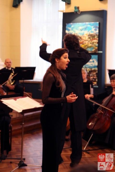 Śpiewa studiująca na Akademii Muzycznej im. I.J.Paderewskiego w Poznaniu, obywatelka Białorusi pochodzenia gruzińskiego Ksenia Szawszyszwili