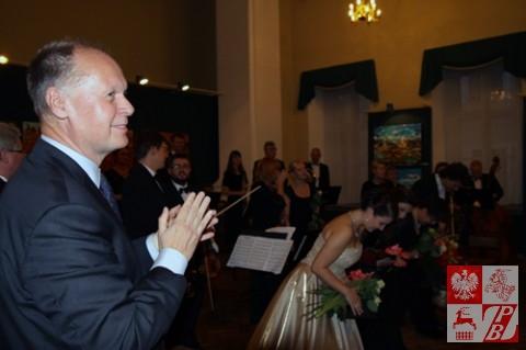 Konsul Generalny RP w Grodnie Andrzej Chodkiewicz dziękuje artystom za wspaniały występ