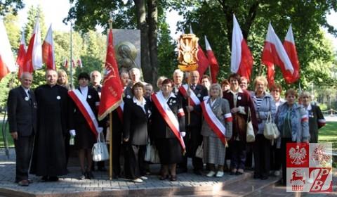 Sybiracy z Białorusi przy Pomniku Katyńskim
