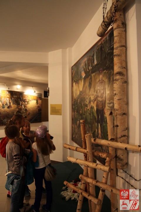 Młodzież szkolna ogląda pamiatki po zmarłych i jeszcze żyjących Sybirakach w Muzeum Sybiraków