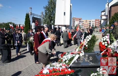 Delegacja ze Związku Polaków składa wieniec