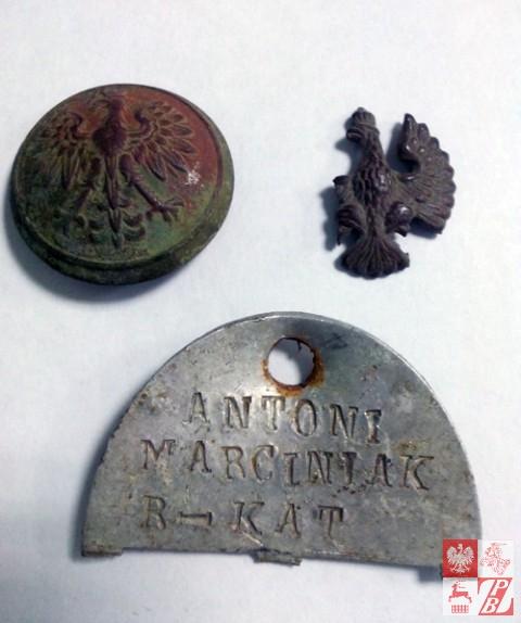 Guzik, część orzelka i fragment nieśimertelnika z imieniem żołnierza