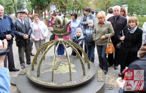 Pielgrzymi przy znaku, informującym o tym, że Połock leży w geograficznym centrum Europy