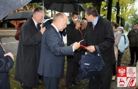 Józef Porzecki wręcza ministrowi Michałowskiemu broszurę o powstaniu styczniowym swojego autorstwa