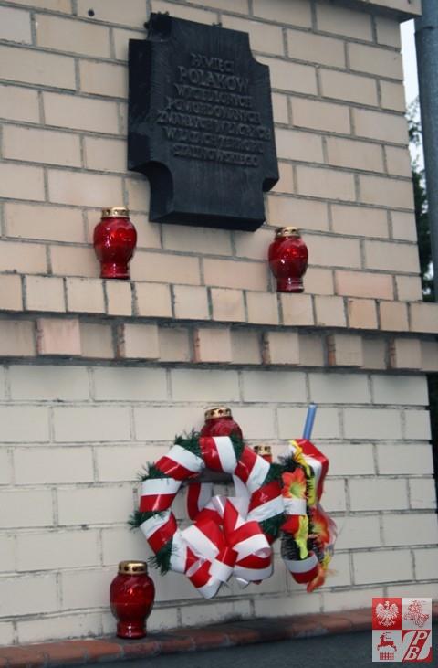 Tablica ku pamięci ofiar terroru sowieckiego na ścianie Domu Polskiego w Grodnie