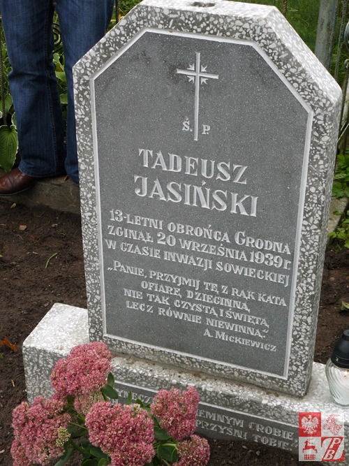 Symboliczny grób trzynastoletniego Tadka Jasinskiego, obrońcy Grodna
