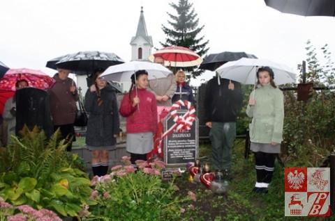 Przy symbolicznym grobie Tadka Jasińskiego, harcerza, najmłodszego 13-letniego obrońcy Grodna