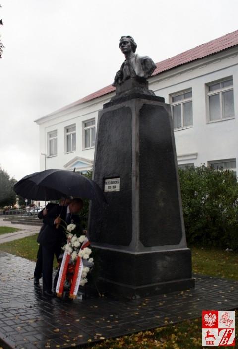 Składanie wieńca od prezydenta Bronisława Komorowskiego przy pomniku Konstantego Kalinowskiego