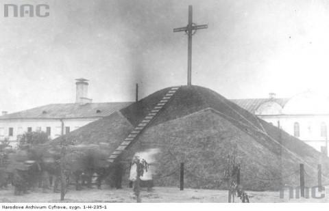 Ksiądz i żołnierze przy Kopcu Dobrowczyków