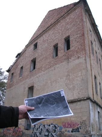 """Budynek koszar w kształcie litery """"П"""", który z piętrowego zrobił się dwupiętrowy"""