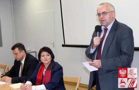 Przemawia posel na Sejm RP, przewodniczący Sejmowej Komisji Łączności z Polakami za Granicą Adam Lipiński