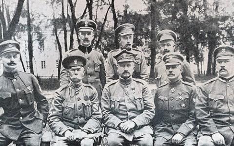 Generał Józef Dowbor-Muśnicki w otoczeniu swoich oficerów, fot.: wikimedia.org