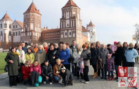 Uczestnicy wycieczki przed zamkiem w Mirze, jednym z największych i najlepiej zachowanych na Białorusi, który zostałzbudowany w latach 1506-10 przez Jerzego Illinicza, marszałka litewskiego, namiestnika lidzkiego, starostę brzeskiego i kowieńskiego.