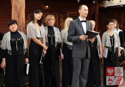 """Solista Aleksy Szaszołko spiewa piosenkę """"Mała niebieska chusteczka"""""""