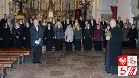 Biskup Aleksander Kaszkiewicz dziękuje chórowi