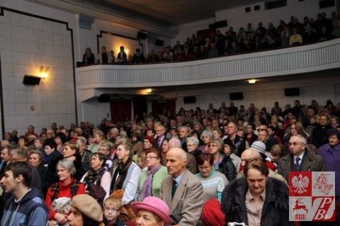 Publiczność śpiewa wraz z chórem