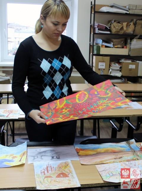 Anna Zagdaj ogląda pracę Krystyny Saniukiewicz