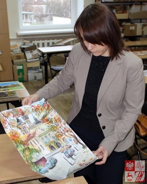 Przewodnicząca jury konkursu Danuta Karpowicz ocenia prace