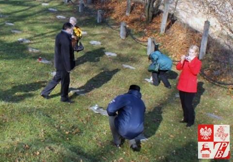 Pani od ideologii Natalia Kowalowa fotografuje stawiających znicze na grobach Polaków