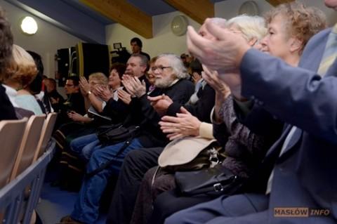 Entuzjastycznie przyjmująca artystów publiczność