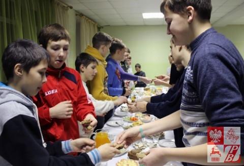 Zawodnicy dzielą się chlebem