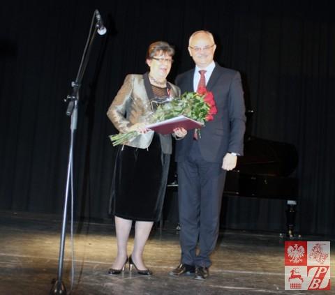 """prezydent EUWP Helena Miziniak po otrzymaniu odznaczenia """"Bene Merito"""" z rąk ambasadora Jarosława Czubińskiego"""