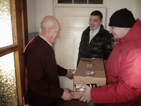 Wręczenie paczki Franciszkowi Szamrejowi